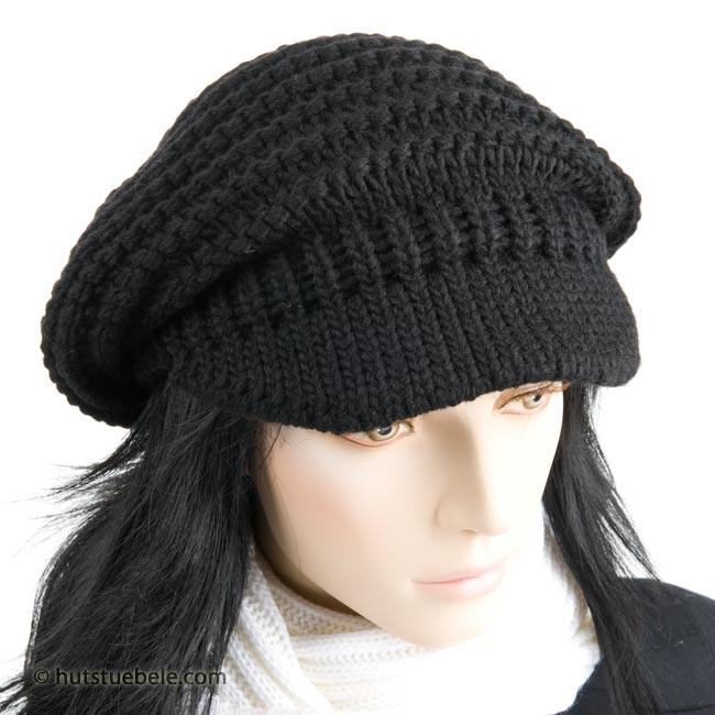 5645de80e8 Splendido cappello lavorato a maglia e munito di sottile visiera