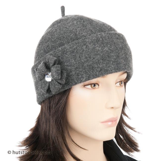 Meraviglioso copircapo in lana cotta munito di applicazione floreale e0c0f5b583e6